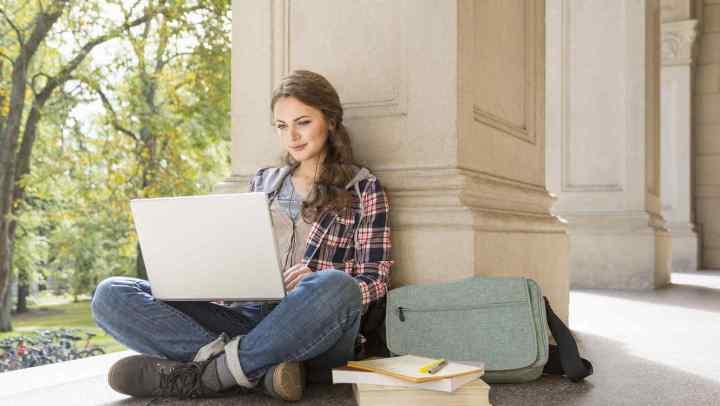 carrera-online-chica-laptop-estudiando