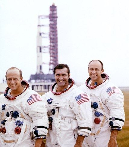 800px-(Left_to_right)_Pete_Conrad,_Dick_Gordon,_and_Al_Bean_pose_with_the_Apollo_12_Saturn_V